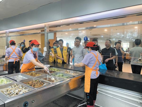 探访泔水回收公斤数下降的原因 市民监督团走进龙湾区政府食堂