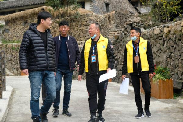 市民监督员为美丽瓯海示范村(社区)评分