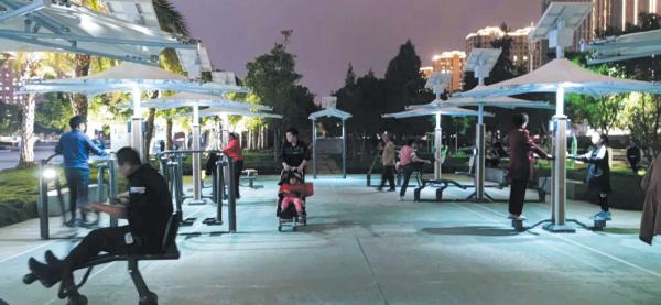 新型二代智能健身器材在龙湾闪亮登场