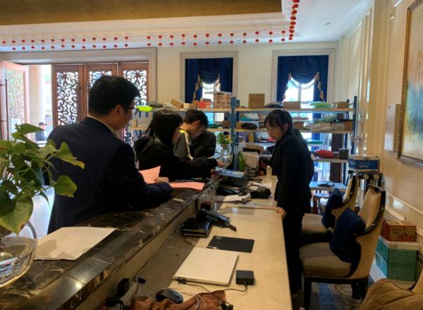 新瓯社区:入户发放《平安清明文明祭祀倡议书》